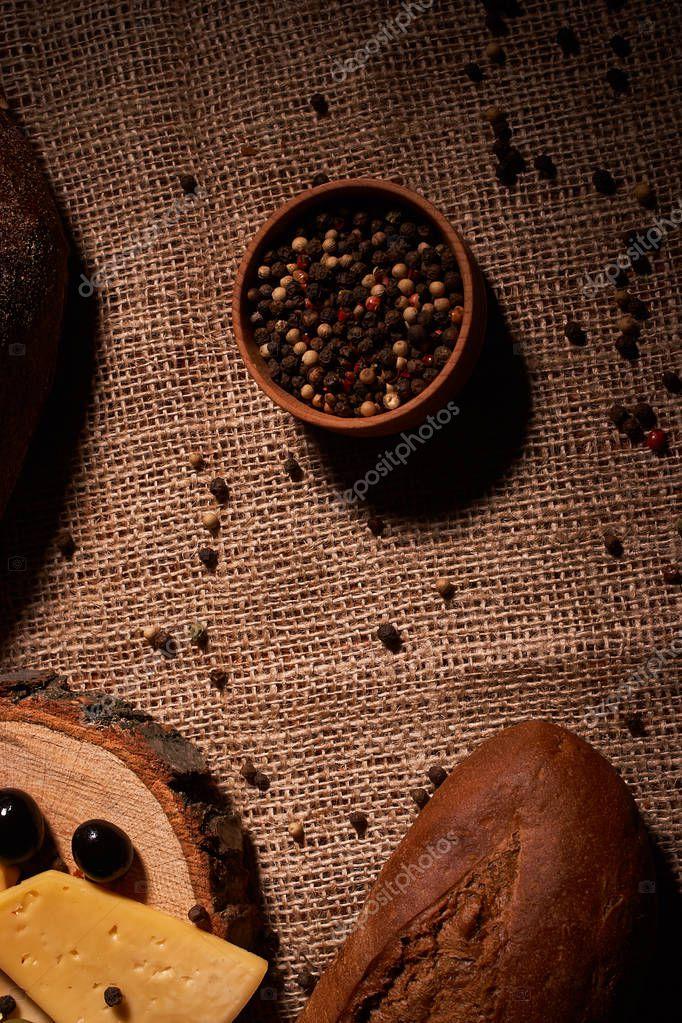 Ipastock fette di formaggio sullo scrittorio di legno tra diversi tipi di pane posto per testo - Diversi tipi di pane ...