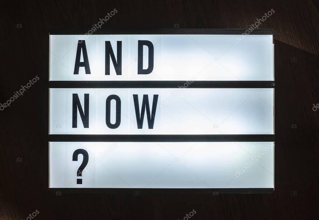 Ipastock messaggio e ora a bordo illuminato domanda sul concetto di decisione con testo - Testo a finestra ...