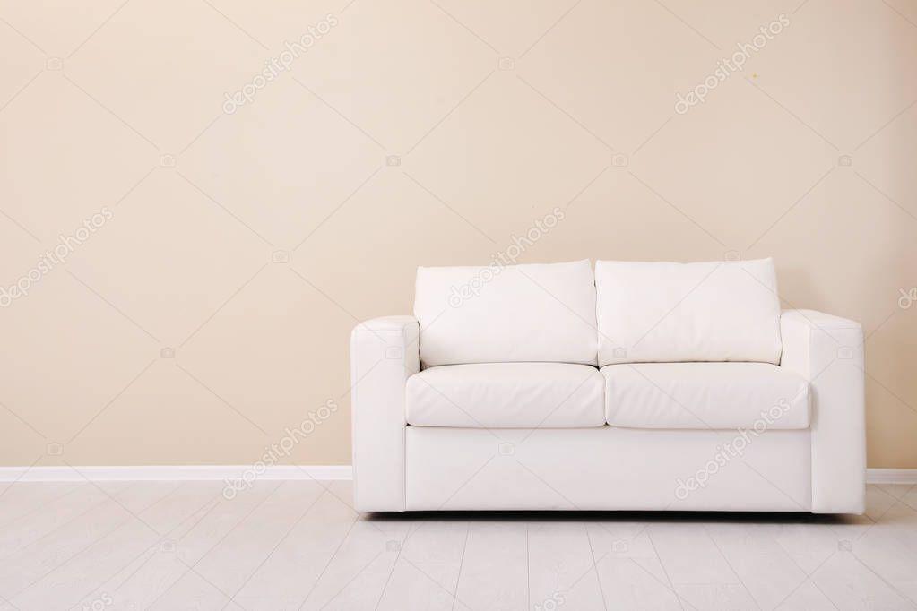 Ipastock sala interna con comodo divano vicino alla parete di colore spazio per testo - Divano comodo per tv ...