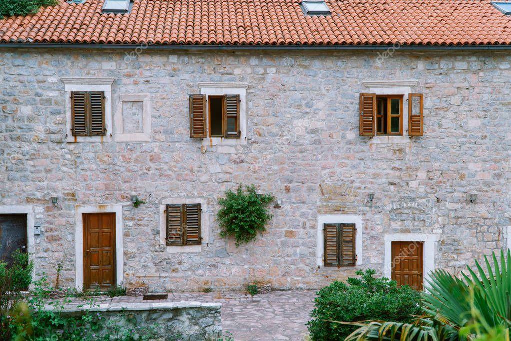 Ipastock finestra con anta in legno di forma rotonda europeo vecchio edificio con mattonelle - Finestra rotonda e ovale ...