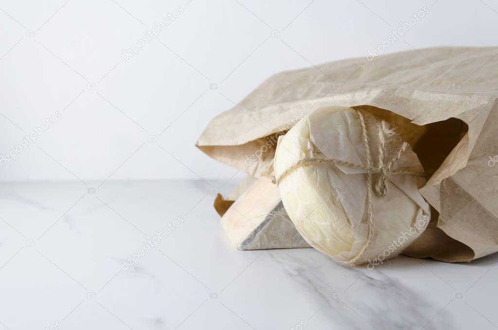 Ipastock deliziosi e diversi tipi di formaggio tradizionale avvolto nella carta e nella - Diversi tipi di carta ...
