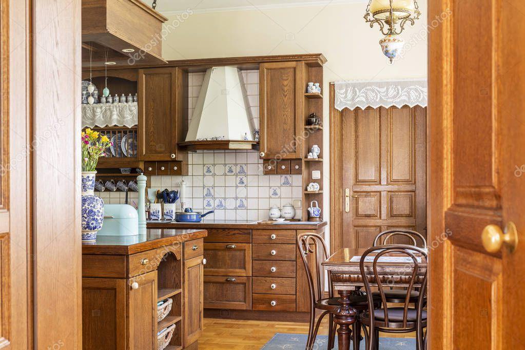 Ipastock sedie al tavolo da pranzo all 39 interno della for Sedie per cucina classica
