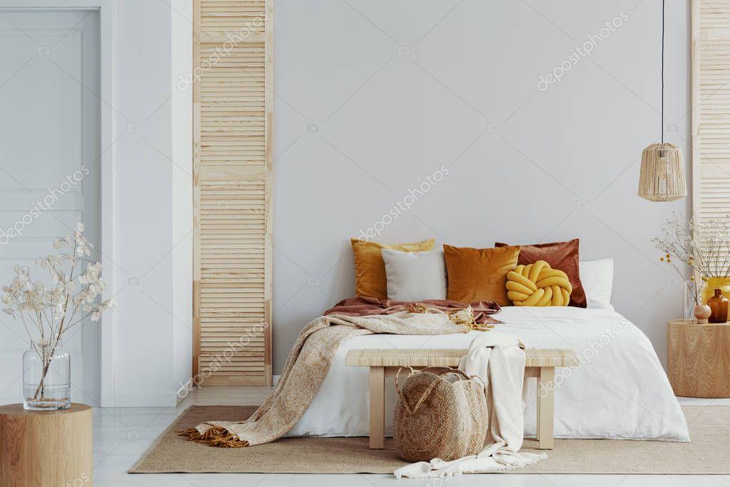Ipastock marroni e arancioni cuscini sul letto bianco in - Cuscini camera da letto ...