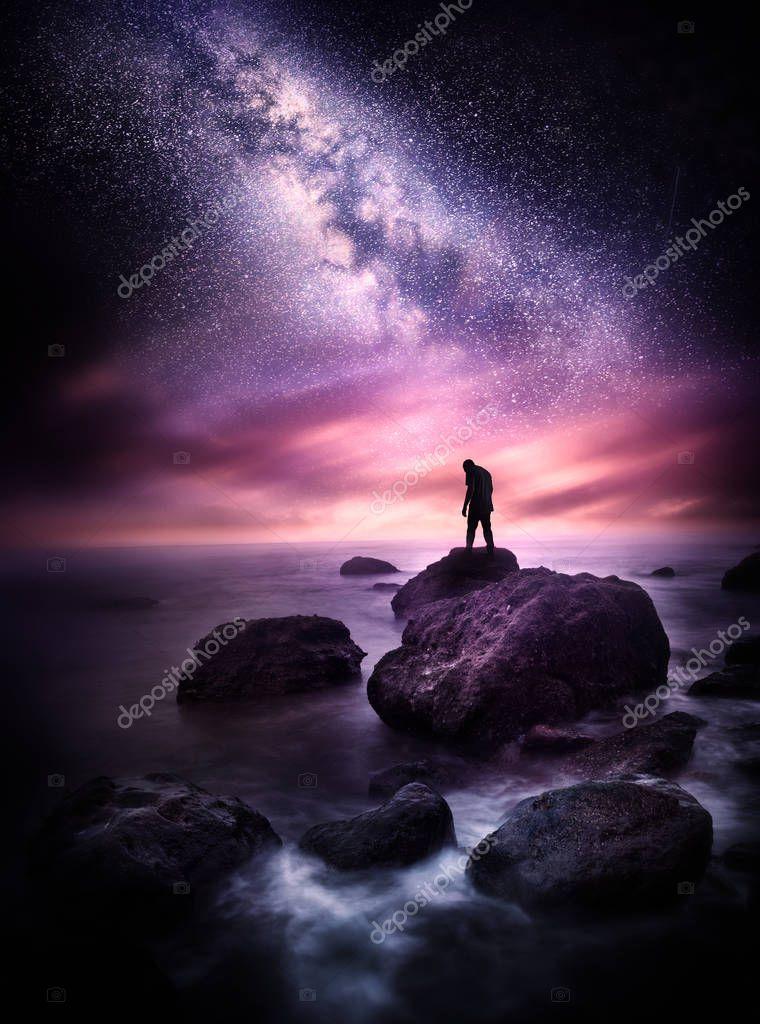 Ipastock tempo di notte paesaggio del mare con la via lattea un uomo si leva in piedi su una - Sopra un mare di specchi si vola ...
