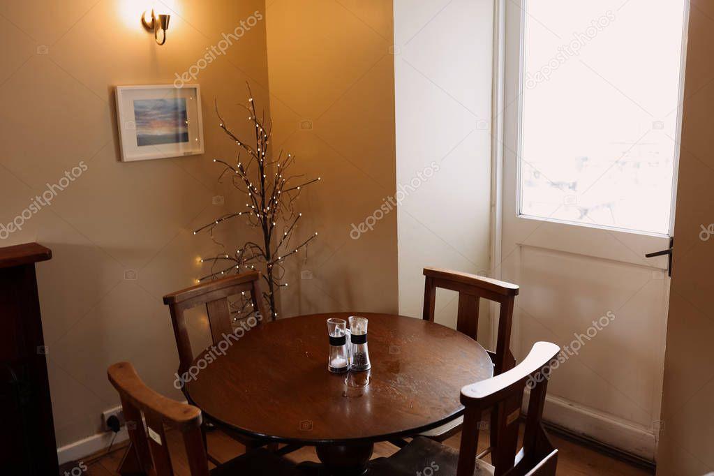 Ipastock tavola rotonda di legno e sedie in sala da for Tavola da pranzo in legno