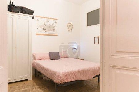 Ipastock interno camera da letto luminosa in stile vintage - Camera da letto vintage ...