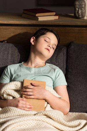 ragazzo con libro dormire sotto cop...