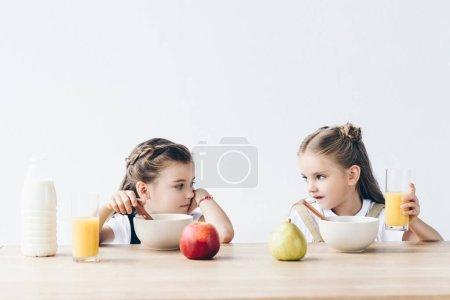 tristi scolarette che mangiano cere...