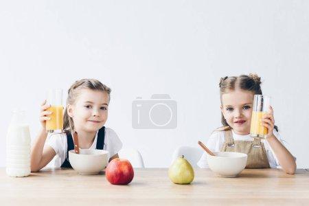 scolarette sorridenti con cereali e...