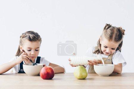 belle studentesse mangiare cereali ...