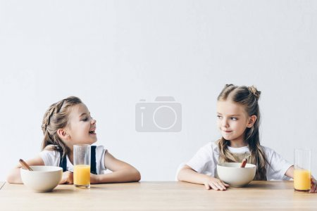 adorabile sorridente studentesse ma...