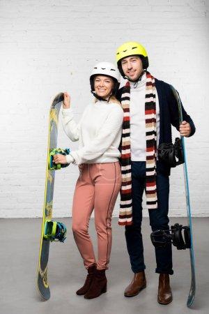 Marito e moglie con tavole da snowb...