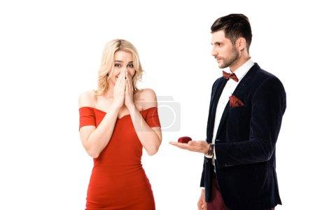Uomo bello proponendo sorpresa fida...