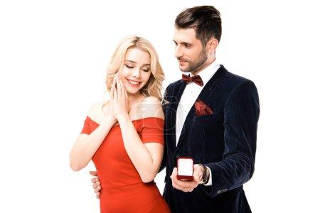 Uomo che propone fidanzata con anel...