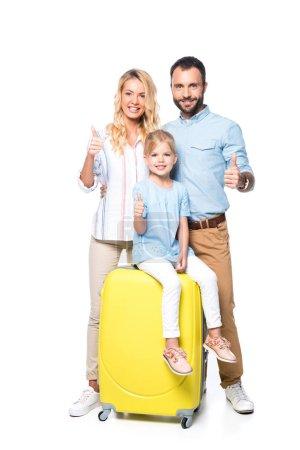 famiglia con valigie gialle che mos...