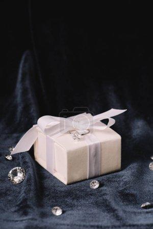 anello di fidanzamento sul contenit...