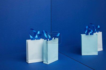 Ipastock chiuda sulla vista di shoppers in carta organizzato con riflessione a specchio su - Carta a specchio ...