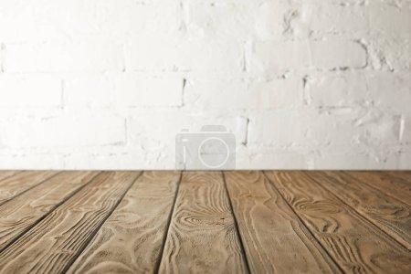 piano in legno marrone e parete bia...