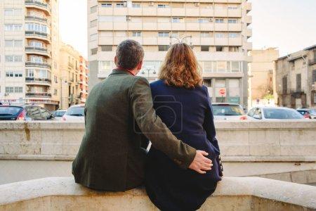 Ipastock uomo e donna abbracciato mentre sogna di - Cosa controllare prima di comprare casa ...