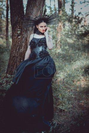 donna elegante in costume strega co...