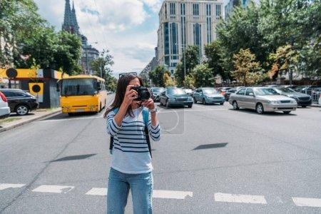giovane donna scattare foto mentre ...