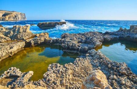 Ipastock guardare la tempesta di mare mediterraneo sulla costa rocciosa dell 39 isola di gozo con - Isola di saona piscine naturali ...