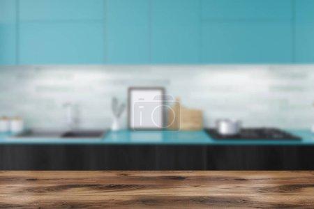 Ipastock interni di cucina in legno bianco con ripiani in neri e blu armadi pentole e poster - Ripiani interni cucina ...