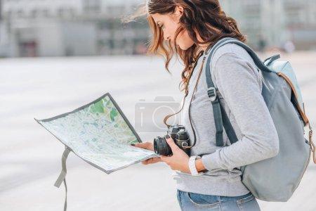 viaggiatore femminile con macchina ...