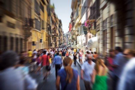 folla su una strada stretta italian...