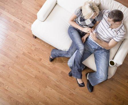 Giovane coppia seduta sul sedile de...