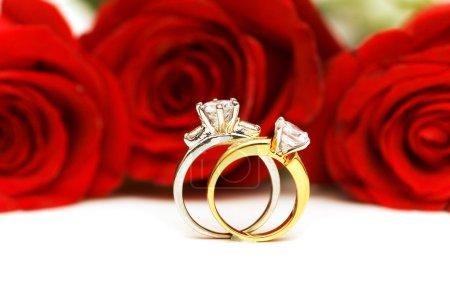 anelli di diamanti e Rose isolati