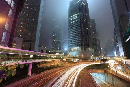 traffico in città di notte