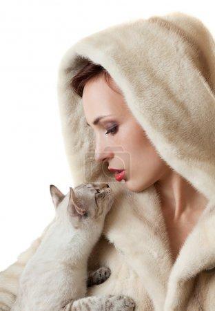 bella ragazza con un gatto.