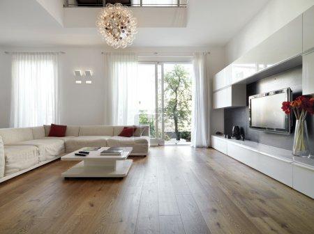 soggiorno moderno con pavimento in ...