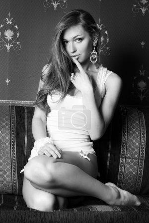 bella ragazza in ginocchio sul diva...