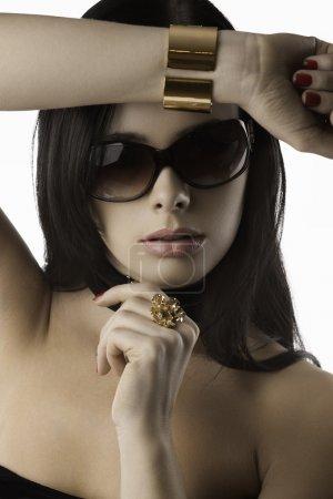 donna di moda con gioielli rosso un...