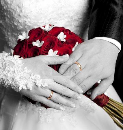 le mani della coppia appena sposata...